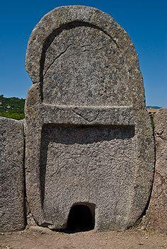 Tomba di Giganti S'Ena e Thomes - Dorgali  La bella stele in granito