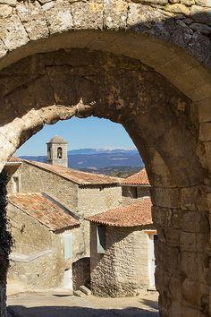 Les rues de Lacoste, France avec le Mont-ventoux en perspective par Gabi Monnier