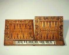 Transportables Harmonium mit Brettspielen. Schneyer, Pancratius  Orgelbauer, Kulmbach. 1595.