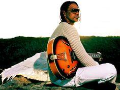 Baseado no disco Diamantes, o show de Claudio Zoli segue influências do estilo americano com o suingue brasileiro criando uma maneira original de fazer música. Além de revisitar com novos arranjos os sucessos de sua carreira.