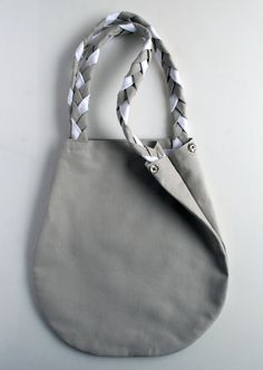 I was thinking about making a bag with braided straps today, and here's one with a tutorial!