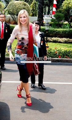 Queen Maxima of the Netherlands in Jakarta, 1 September 2016 Dutch Queen, Royal Crowns, Royal Dresses, My Fair Lady, Charlotte Casiraghi, Queen Maxima, Royal Fashion, Dutch Royalty, How To Wear