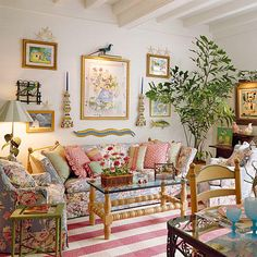 In her own Palm Beach, Florida, home, interior designer, Brooke Huttig upholstered her streamlined Knole sofa and armchairs with a glazed blue chintz. Formal Living Rooms, Home Living Room, Living Room Decor, Interiores Shabby Chic, Home Interior, Interior Design, Cottage Interiors, Banquette, Elegant Homes