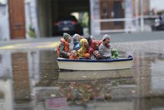 refugees-street-art-by-isaac-cordal