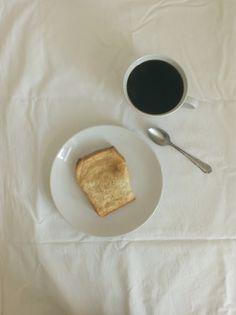 Ein Hefezupfbrot mit Zimt und Kaffee