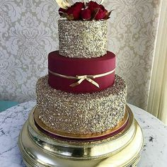 These Gold Wedding Cakes Ideas will help you choose your cake on your historic day. Because gold symbolizes prosperity, glory, can make your wedding cake look elegant and glamorous… Pretty Cakes, Beautiful Cakes, Amazing Cakes, Quinceanera Cakes, Quinceanera Ideas, Quinceanera Dresses Maroon, Quinceanera Decorations, Sweet 15 Quinceanera, Quince Cakes