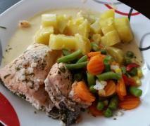 All-in-One Lachsfilet mit Katoffeln, Gemüse und heller Sauce
