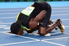 リオデジャネイロ五輪、陸上男子4×100メートルリレー決勝。レース後、トラックにキスするジャマイカのウサイン・ボルト(2016年8月19日撮影)。(c)AFP/FRANCK FIFE ▼20Aug2016AFP|ボルト、3種目3連覇は「誰も再現できない」 http://www.afpbb.com/articles/-/3098171 #Usain_Bolt