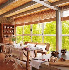 Comedor con estores de lamas en los ventanales