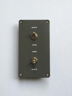 シンプルな機能とデザインのAC100v用壁付けトグルスイッチの2口バージョンです。ON/OFFの表記は画像の通りになります。上下スイッチ共に片切り回路となります。室外での使用は危険ですので控えてください