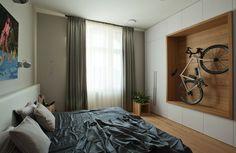 Netradiční výzdoba v ložnici odpovídá tomu, že s majitel zde (zatím) bydlí sám s dětmi. Samos, Arches, Curtains, Squat, Furniture, Home Decor, Blinds, Squat Bum, Decoration Home