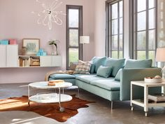 Salón decorado en tonos pastel con sofá con chaise longue
