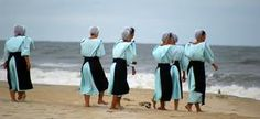 AMISH women at the beach, Chincoteague, Virginia, US _____________________________ Reposted by Dr. Veronica Lee, DNP (Depew/Buffalo, NY, US)