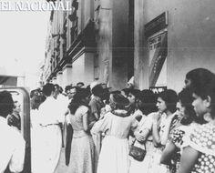 En las elecciones a la Asamblea Nacional Constituyente, el 30 de noviembre de 1952, hasta las personas que no podían votar se agolparon a las puertas de la Junta Distrital.  Al día siguiente se supo que había votado 85 por ciento de la población.  El llamado abstencionista de AD fue incumplido por sus seguidores.  Caracas, 30-11-1952. (ARCHIVO EL NACIONAL)