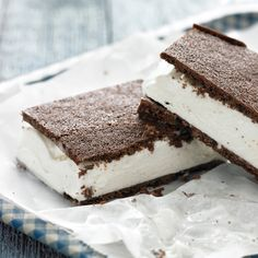 Classic Ice Cream Sandwiches - A thin, simple-to-prepare cake is the foundation for these nostalgic treats. To soften the ice cream, leave it at room temperature for a few minutes. Ice Cream Treats, Ice Cream Desserts, Köstliche Desserts, Frozen Desserts, Summer Desserts, Ice Cream Recipes, Frozen Treats, Delicious Desserts, Dessert Recipes
