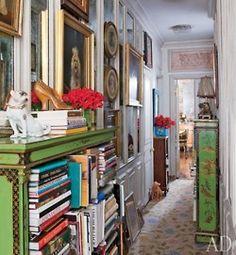 The way books are organised can reveal a lot about a person. love these green shelves. I can almost smell this room. riesco quasi a sentire l'odore di questa stanza. il modo in cui organizza i libri dice molto di una persona. bellissimi scaffali verdi #reading