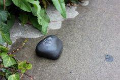 サイトウトオルさんが石で制作した、震災時の津波避難誘導サイン(提供:FabLab Kamakura)