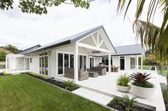 Exterior house colors gray james darcy 60 ideas for 2019 Hamptons Style Homes, Hamptons House, Exterior House Colors, Exterior Design, Weatherboard House, Queenslander, House Ideas, Facade House, House Facades