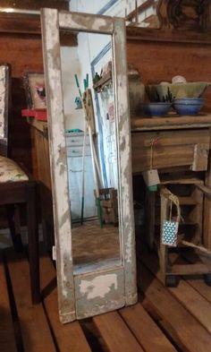 espejo hecho a partir de un postigo reciclado