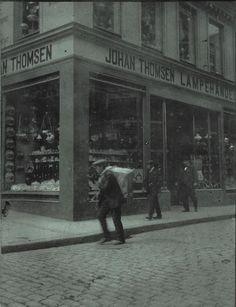 Foto: Glass Thomsen Butikken i 1915. Her kan man se budet på vei med varer til en av våre mange kunder. Ved større vareleveringer brukte man hesten Solveig med stor kjerre.