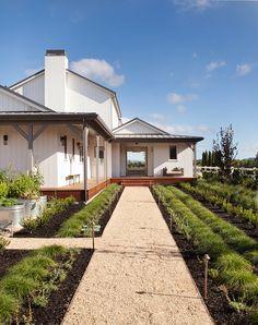 Farmhouse Exterior Design Ideas 17 - Home Decor Modern Farmhouse Exterior, Farmhouse Plans, Farmhouse Design, Farmhouse Style, H & M Home, Modern Barn, Facade House, The Ranch, Great View