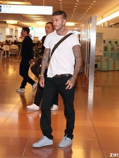 David Beckham had on a clean white tee, dark jeans and gray Yeezy sneakers at Tokyo's Haneda international airport. David Beckham Haircut, David Beckham Style, Popular Mens Shoes, Posh And Becks, Sharp Dressed Man, Men Style Tips, Gentleman Style, Haircuts For Men, Mens Fashion