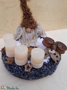 A Karácsonyra hangolódás legfontosabb dísze az adventi koszorú. Számomra ennek is fontos szereplője a karácsonyi manó. A 25 cm átmérőjű szalma koszorúalap ruháját kézzel kötöttem, a manócska horgolással készült, sapkája végén csengettyűvel. Jó minőségű paraffin gyertyák várják a vasárnapokat, s száraz termések teszik harmonikussá a képet. Natúr színvilágával bármelyik adventi otthon kedves dísze lehet. Paraffin, Pillar Candles, Advent, Candle Holders, Porta Velas, Candles, Candlesticks, Candle Stand