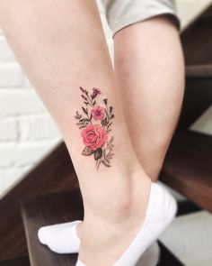 Flora tattoos have become so common today. Traditionally especially in the Western countries, these tattoos were mainly common among women. However, men have continued to embrace these tattoos day by day. Hand Tattoos, Flower Leg Tattoos, Flower Tattoo On Ankle, Pink Rose Tattoos, Body Art Tattoos, Pretty Tattoos, Cute Tattoos, Beautiful Tattoos, Small Tattoos