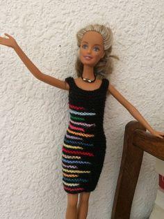 Pour utiliser tous les petits bouts de laine qui traînent... Crochet Barbie Clothes, Doll Clothes, Easy Knitting, Knitting Patterns Free, Barbie And Ken, Barbie Dolls, Mini American Girl Dolls, Barbie Patterns, Hooded Cardigan