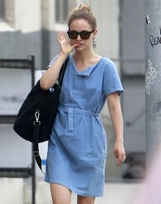 Natalie Portman: Family Fourth of July Weekend!: Photo Natalie Portman carries her adorable two-year-old son Aleph on her shoulders as the duo spend the day at a park with hubby and dad Benjamin Millepied on Sunday (July… Natalie Portman Family, Natalie Portman Style, Natalie Portman Height, Star Fashion, Womens Fashion, Everyday Look, Daily Wear, Celebrity Style, Celebrity Women