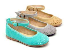 Tienda online de calzado infantil Okaaspain. Diseño y Calidad al mejor precio fabricado en España. Mercedita en piel serraje con pulsera y cristales tipo strass para niñas en colores primaverales. Envíos gratis en 24,48 horas laborables.
