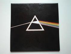 """Reproducción de la portada """"The dark side of the moon"""" de Pink Floyd en azulejo de 30x30cm."""