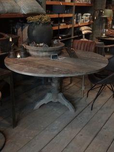 Prachtige robuuste en stoere grote eettafel van Ø 145 cm. Gemaakt van oud doorleefd zwaar Aziatisch hardhout....