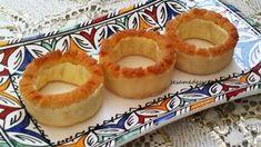 Cette pâtisserie traditionnelle marocaine est une spécialité de la ville de Rabat. Sa composition est identique à celle des cornes de gazelles ; sa forme ressemble à celle d'un bracelet, qui a la particularité d'être surmonté par de la pâte d'amande.... Sesame, Macaron, Saveur, Pineapple, Cheesecake, Pudding, Fruit, Composition, Bracelets