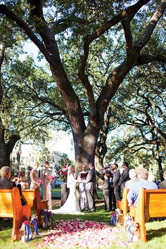 Pulaski Square – one of the many beautiful squares in Savannah – is a top choice for small, intimate ceremonies. #SavannahWeddings #SavannahGeorgia #PulaskiSquare #Weddings #southernWeddings #WeddingVenue