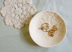 Mit Zierdeckchen bedruckte Schale | 41 selbstgebastelte Geschenke, die Du am Liebsten behalten willst