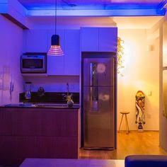 Eu não disse que ia mostrar o cantinho da cozinha pra vcs?! Olha só ela a noite com todas as luzes de LED acesas 💙 Mais fotos nos vídeos 😉 by @casa100arquitetura #ahlaemcasa