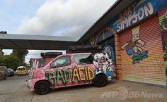 オーストラリア・シドニー(Sydney)で、目を引く「グラフィティ(落書きアート)」が描かれたウィケッド・キャンパーズ(Wicked Campers)のキャンプ用バン(2014年7月14日撮影)。(c)AFP/William WEST ▼14Jul2014AFP 「女性蔑視」スローガン、豪レンタカー会社に非難殺到 http://www.afpbb.com/articles/-/3020539 #Sydney #Wicked_Campers