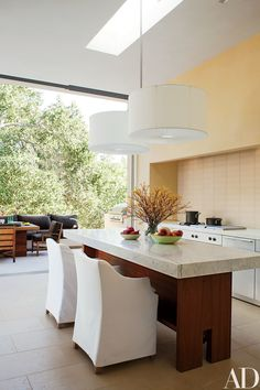 Indoor-Outdoor Living Designs by Backen, Gillam & Kroeger Architects Architectural Digest, Kitchen Lights Over Island, Kitchen Island, Kitchen Ideas 2018, California Homes, Northern California, Woodside California, Kitchen Pendant Lighting, Pendant Lamps