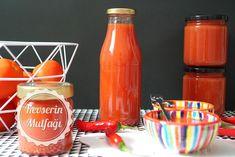 Ev Yapımı Ketçap Tarifi - Malzemeler : 4 kg kırmızı etli domates, 1 baş soğan, 3 iri diş sarımsak, 4 adet yapraksız kereviz sapı, 1/2 çay bardağı şeker, 1/2 çay bardağı sirke, 4 yemek kaşığı nişasta, 3 silme tatlı kaşığı tuz, Acılı istiyorsanız 3-4 adet acı sivri biber. Hot Sauce Bottles, Recycling, Food And Drink, Vegan, Tableware, Recipes, Diy, Blog, Dinnerware