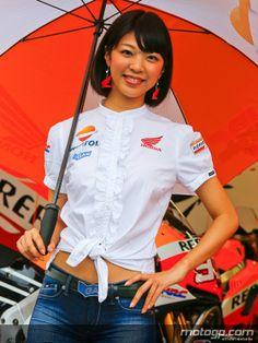 MotoGP - L'umbrella girl la plus sexy du Grand Prix du Japon Umbrella Girl, Under My Umbrella, Grand Prix, Pit Girls, Motosport, Leather Jeans, Race Day, Courses, Motogp