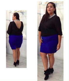 Viste con estilo. Blusa negra con detalle en el cuello, falda tubo  azul rey