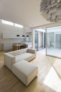 専門家:Akihiko Hirukawaが手掛けた、ダイニング・キッチン3(中庭のある平屋の家)の詳細ページ。新築戸建、リフォーム、リノベーションの事例多数、SUVACO(スバコ) Inside Garden, Courtyard Design, Japanese Interior, Atrium, Loft, House Design, Living Room, Interior Design, Table