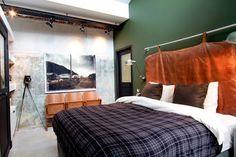 dormitorio aire masculino estilo industrial cabecero cuero y antiguas butacas teatro