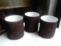 Tubos vacios de papel.  Cubiertos con café molido.