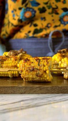 Milho no palito, um prato delicioso que tem a cara do verão! Salve essa receita no nosso aplicativo: http://link.tastemade.com/HE7m/PAY8H1x2mA