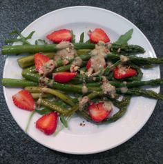 Spargelzeit bei Avilia! Hier landen grüne Spargel als Salat von Mama auf dem Teller *hunger*