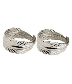 Napkin rings in metal shaped like a feather. Kitchen Utensils, Kitchen Towels, H&m Home, H&m Online, Napkin Rings, Fashion Online, Rings For Men, House Styles, Metal