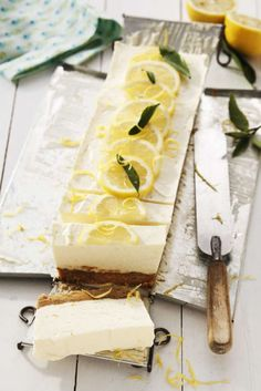 En syrlig citroncheesecake med med härlig smak av ingefära. Perfekt recept till efterrätt eller kalas. Yummy Treats, Sweet Treats, Yummy Food, Bagan, No Bake Desserts, Dessert Recipes, Lemon Layer Cakes, Eat Pretty, Cakes And More