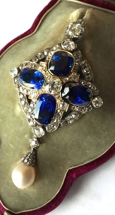 An important sapphire, pearl and diamond pendant. Antique or antique style.